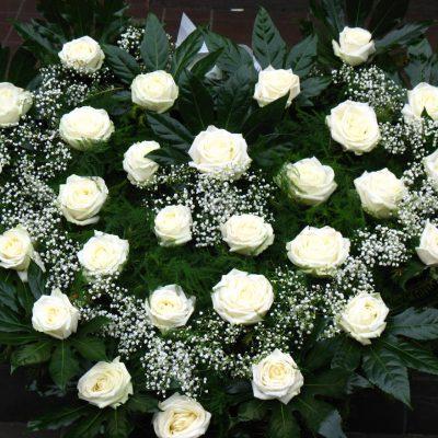 Wieniec z białych róż